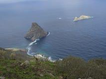 Vista su roccia nel EL Draguillo del mare con le colline verdi e il dramat Fotografie Stock