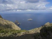 Vista su roccia nel EL Draguillo del mare con le colline verdi e il dramat Immagini Stock Libere da Diritti