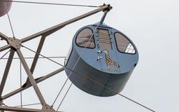 Vista su un giro, Ferris Wheel Cabin variopinto del dettaglio con la giraffa dipinta Situato nella terra di vista di Amanohashida immagine stock libera da diritti