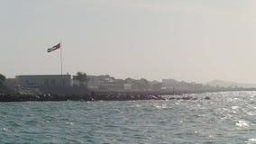 Vista su un litorale dei UAE nel giorno di estate soleggiato da acqua video d archivio