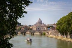 Vista su un ponte e su una barca a Roma Immagine Stock Libera da Diritti