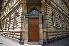Vista su una costruzione e l'entrata e la porta storiche a Mainz Germania immagine stock libera da diritti