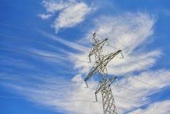 Vista su una linea di trasmissione elettrica ad alta tensione all'aperto pillon della torre della costruzione del metallo di sost Fotografie Stock Libere da Diritti