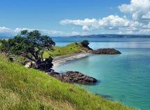 Vista su una spiaggia con il mare e le isole nei precedenti Immagini Stock Libere da Diritti
