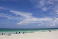 Vista su una spiaggia vuota al mezzogiorno Immagini Stock