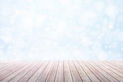 Vista su una tavola di legno marrone contro le precipitazioni nevose di un inverno con bokeh immagine stock libera da diritti
