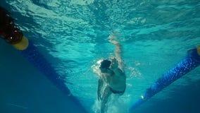 Vista subacuática de la natación del hombre metrajes