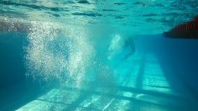 Vista subacuática de la natación y del salto del hombre almacen de video