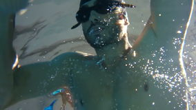 Vista subacuática de la natación y del salto del hombre almacen de metraje de vídeo
