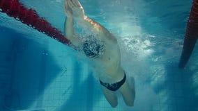 Vista subacuática del salto y de la natación del hombre almacen de video
