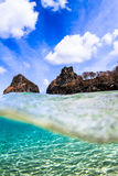 A vista subaquática da rocha famosa em Fernando de Noronha fotografia de stock royalty free