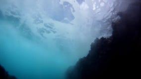 Vista subaquática de uma onda de oceano que passa sobre video estoque