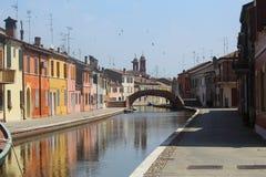 vista sugestiva de uma vila italiana entre canais e casas coloridas fotografia de stock