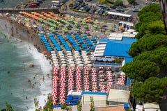 Vista sugli ombrelli di spiaggia da sopra Fotografie Stock Libere da Diritti