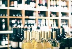 Vista sugli scaffali del supermercato con le bottiglie di vino Fotografia Stock