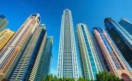 Vista sugli skycrapers moderni e di lusso nel porticciolo del Dubai, Dubai Fotografia Stock