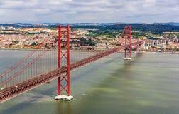 Vista sui 25 de Abril Bridge - Lisbona Fotografie Stock Libere da Diritti