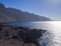 Vista sui gigantes di los delle scogliere della lava di altezza sul capo di Punta de Teno sopra Fotografia Stock