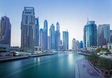Vista sui grattacieli del porticciolo del Dubai e sul porticciolo del superyacht più di lusso, Dubai, Emirati Arabi Uniti Immagini Stock Libere da Diritti