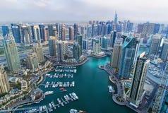 Vista sui grattacieli del porticciolo del Dubai e sul porticciolo del superyacht più di lusso, Dubai, Emirati Arabi Uniti Fotografie Stock Libere da Diritti