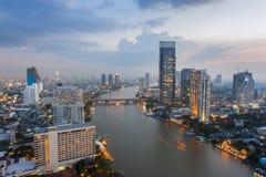 Vista sui grattacieli di Bangkok alla notte Fotografia Stock Libera da Diritti
