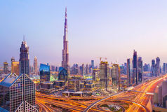 Vista sui grattacieli moderni e sulle strade principali occupate di sera nel lusso D Immagine Stock
