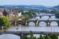 Vista sui ponti attraverso il fiume della Moldava a Praga Immagini Stock Libere da Diritti
