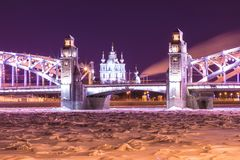 Vista sul Bolsheokhtinsky o sul Peter il grande ponte attraverso Neva River e la cattedrale in San Pietroburgo, Russia di Smolny fotografie stock libere da diritti