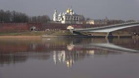 Vista sul campanile e sulla cupola della st Sophia, giorno nuvoloso di aprile Il Cremlino di Veliky Novgorod, Russia stock footage