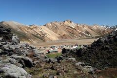 Vista sul campo base in valle circondata dalle montagne irregolari a Landmannalaugar, Islanda immagine stock libera da diritti