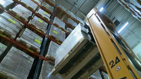 Vista sul carrello elevatore moderno nel magazzino di produzione archivi video