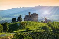 Vista sul castello del cavour di Grinzane al tramonto immagini stock