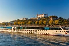 Vista sul castello di Bratislava sopra il fiume Danubio a Bratislava Fotografie Stock Libere da Diritti