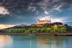Vista sul castello di Bratislava, sul Parlamento e sul Danubio, Brarislava, Slovacchia Immagini Stock Libere da Diritti
