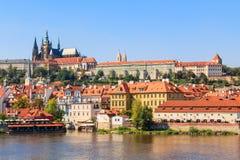 Vista sul castello di Praga con la cattedrale della st Vitus Immagini Stock
