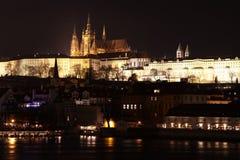 Vista sul castello di Praga, repubblica Ceca di notte Immagini Stock