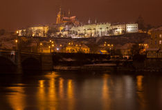 Vista sul castello di Praga, repubblica Ceca di notte Immagine Stock
