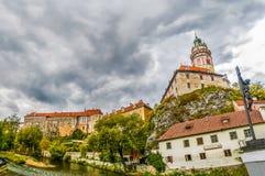Vista sul castello e sui tetti rossi in Cesky Krumlov immagine stock