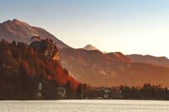 Vista sul castello sul lago sanguinato con le alpi, Slovenia Fotografie Stock Libere da Diritti