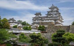 Vista sul complesso del castello di Himeji un chiari, giorno soleggiati dentro un paesaggio verde e cielo blu Himeji, Hyogo, Giap fotografie stock libere da diritti