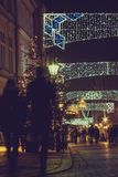 Vista sul decorato per la vecchia via di Natale Immagini Stock Libere da Diritti