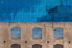 Vista sul dettaglio moderno dell'edificio per uffici, superficie di vetro Immagine Stock Libera da Diritti