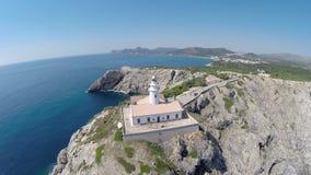Vista sul faro di Cala Rajada(aumento) - volo aereo, Mallorca archivi video