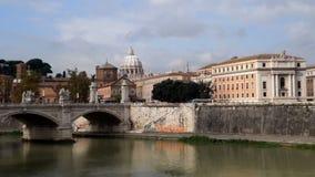 Vista sul fiume del Tevere e sulla st Peter Basilica nel Vaticano archivi video