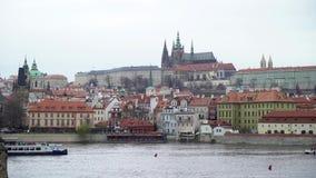 Vista sul fiume della Moldava e sul centro storico di Praga, di costruzioni e dei punti di riferimento di vecchia citt?, Praga, r stock footage