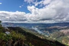 Vista sul fiume di Lima che serpeggia con Peneda Geres, il solo parco nazionale nel Portogallo, situato nella regione di Norte fotografie stock