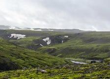 Vista sul fiume di Skoga con la cascata nel giorno di estate piovoso sulla traccia di Fimmvorduhals da Skogar a Thorsmork, altopi fotografia stock libera da diritti