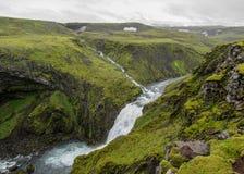Vista sul fiume di Skoga con la cascata nel giorno di estate piovoso sulla traccia di Fimmvorduhals da Skogar a Thorsmork, altopi immagine stock libera da diritti