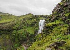 Vista sul fiume di Skoga con la cascata nel giorno di estate piovoso sulla traccia di Fimmvorduhals da Skogar a Thorsmork, altopi fotografia stock