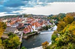 Vista sul fiume e sui tetti rossi in Cesky Krumlov fotografia stock